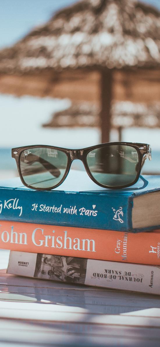 书籍 墨镜 沙滩 海边