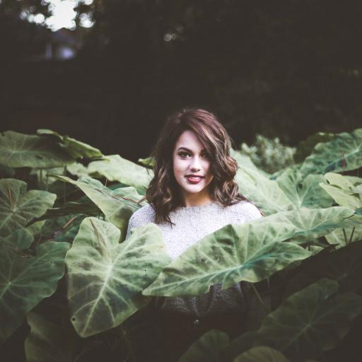 女孩 灌木丛 微笑 户外