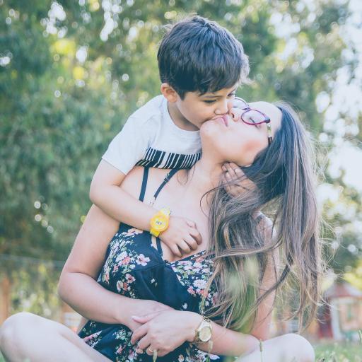 亲子 母子 亲吻