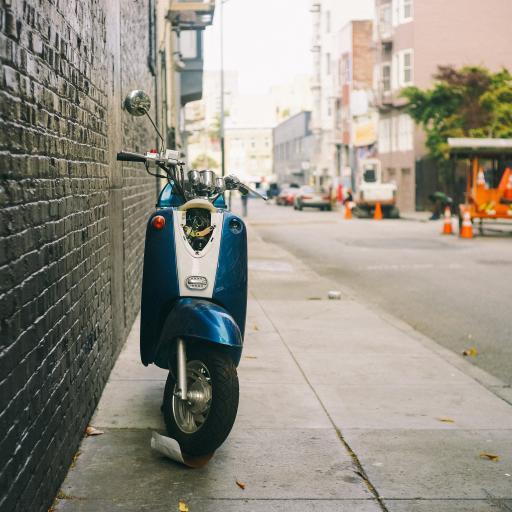 摩托车 小绵羊 街边 停靠
