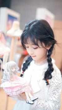 裴佳欣 小女孩 辫子 儿童 孩子
