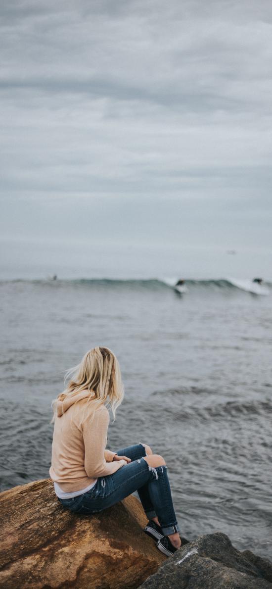 背影 海邊 海水 金發