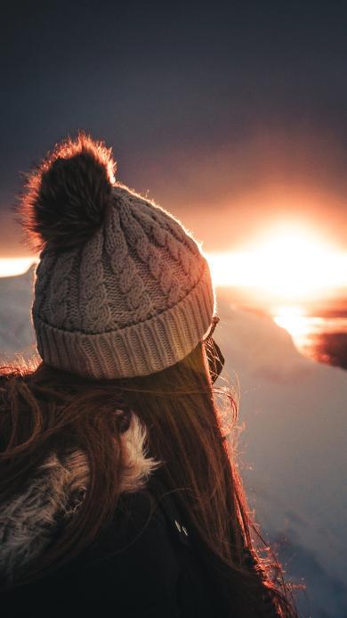 雪地 落日 女孩背影 毛毡帽