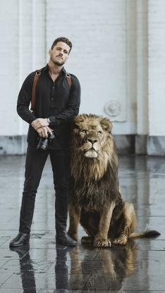 摄影师 相机 狮子 合影