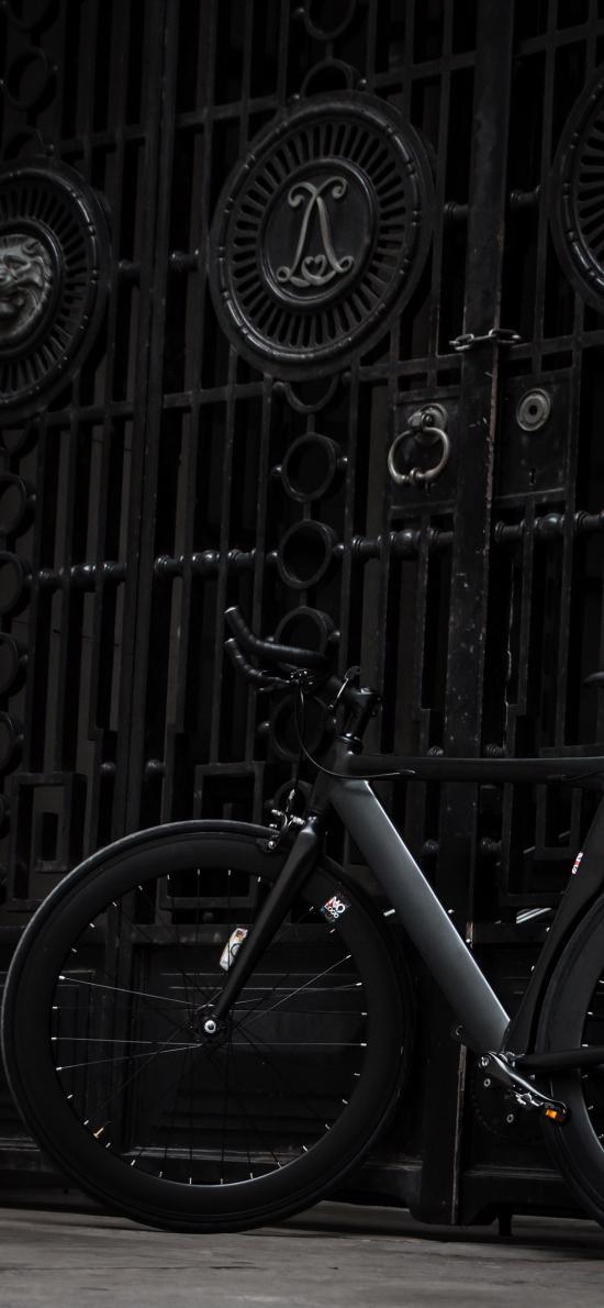 自行车 暗黑系 停靠 铁门