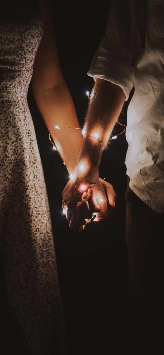 情侣 牵手 彩灯 夜晚