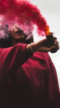 女孩 信号弹 求救信号 红色烟雾