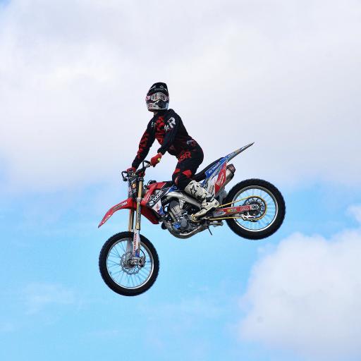 摩托车 赛车 护具 天空 白云