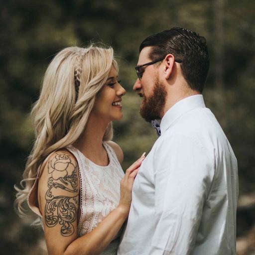 欧美情侣 拥抱 纹身