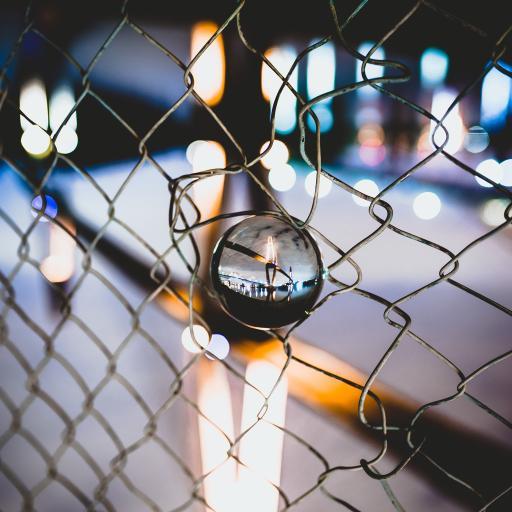 钢丝网 水晶球 倒映