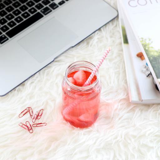 草莓 果汁 回形针 笔记本电脑