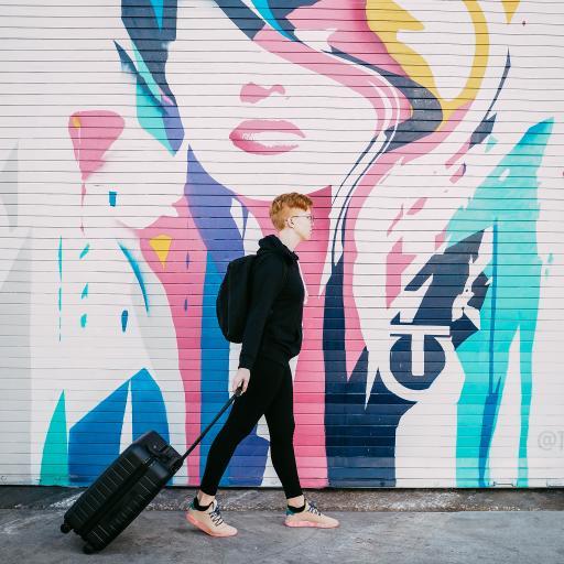 涂鸦 背景墙 男子 行李箱
