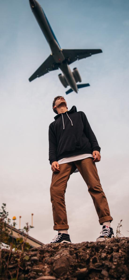 男子 仰望 飞机 客机