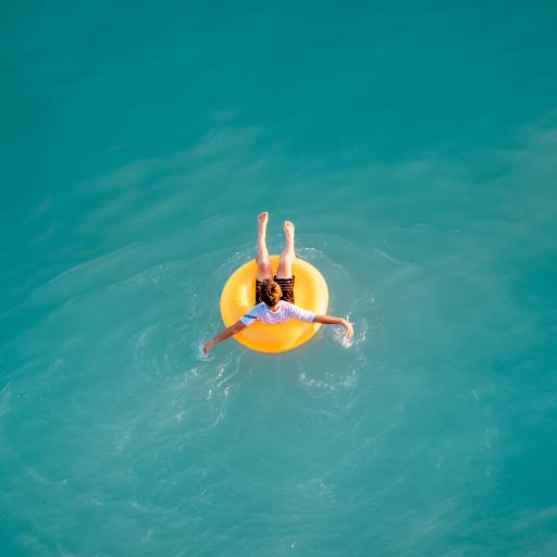 玩水 游泳圈 调皮 水池
