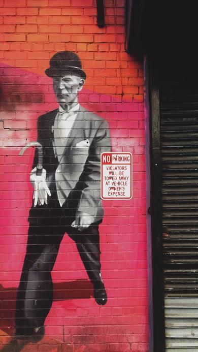 街头 墙绘 老人 行走