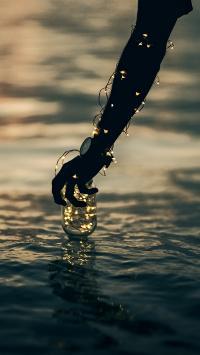 手部 彩灯 玻璃瓶 水面