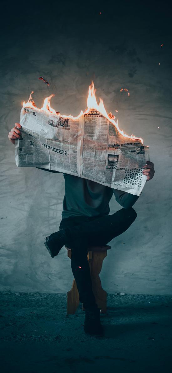 男子 报纸 着火 燃烧