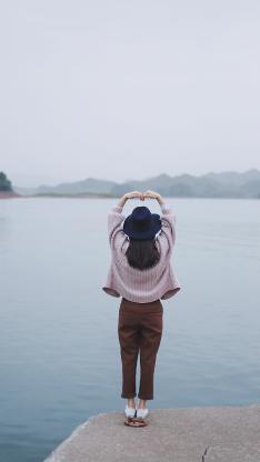 女孩 背影 比心 爱心 湖面