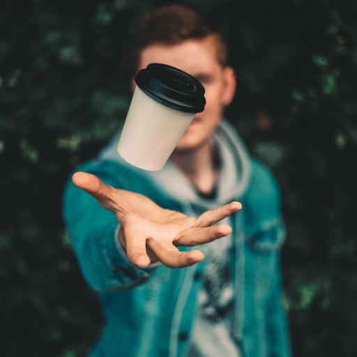 欧美型男 咖啡杯 抛起