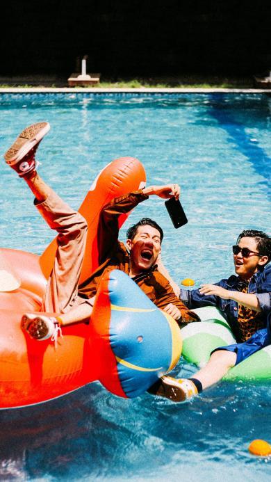 朋友 泳池 嬉戏 泳圈
