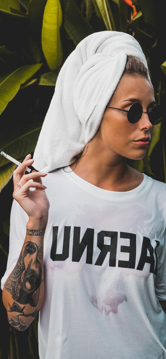 歐美美女 抽煙 花臂 個性
