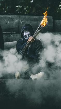 面具男 神秘 木棍 燃烧 烟雾