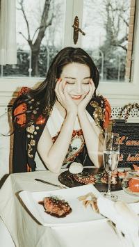 迪丽热巴 演员 明星 艺人 时尚 闭眼
