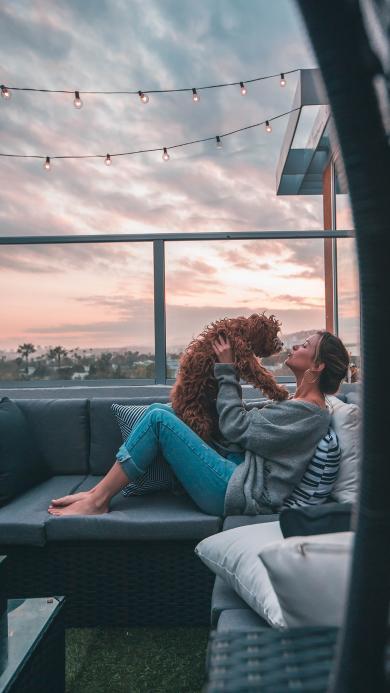 沙发 欧美美女 宠物狗 泰迪