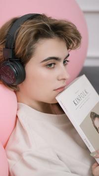 耳机 女孩 短发 欧美 书籍