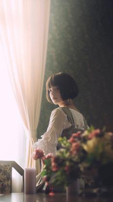 短发女孩 鲜花 窗边 光