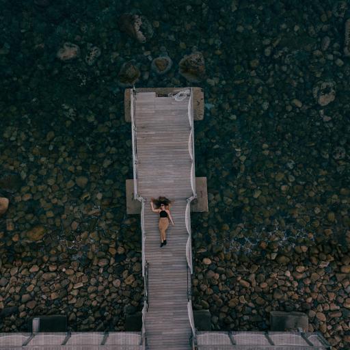 俯拍 木桥 欧美美女 自然美景