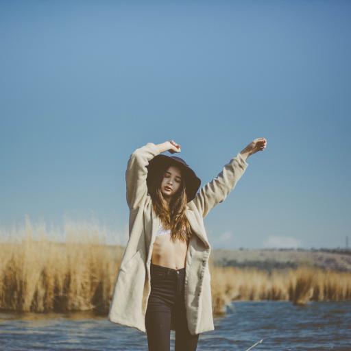 湖泊 芦苇丛 美女写真 小蛮腰