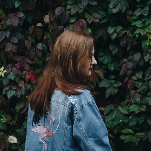 牛仔 欧美 女孩 回眸 绿色 叶子