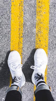 球鞋 运动  道路 双腿