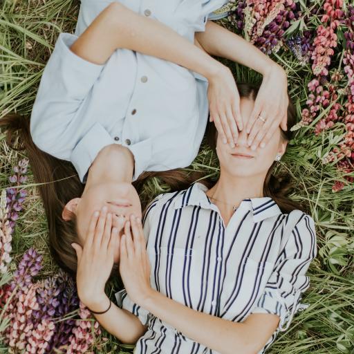 姐妹 草地 花丛 闺蜜