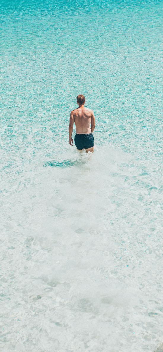 背影 男子 海水 海浪 清澈