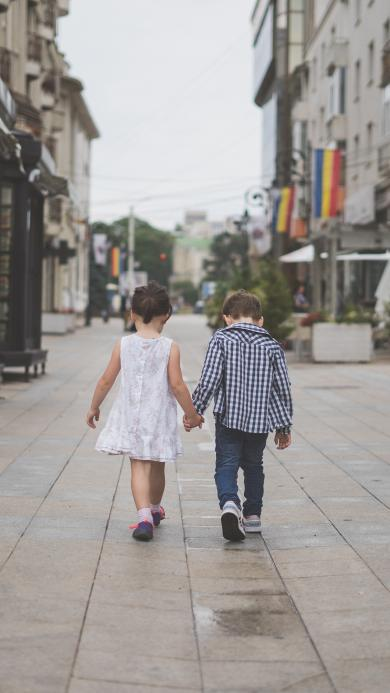 小孩 牵手 背影 街道