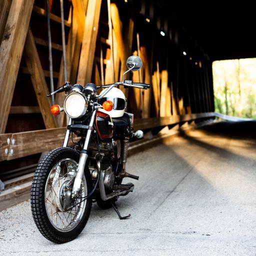 摩托车 机车 头盔 路边