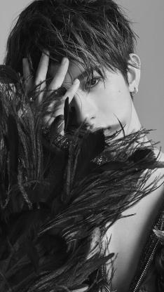 蔡徐坤 黑白照 羽毛 偶像 明星 艺人 歌手