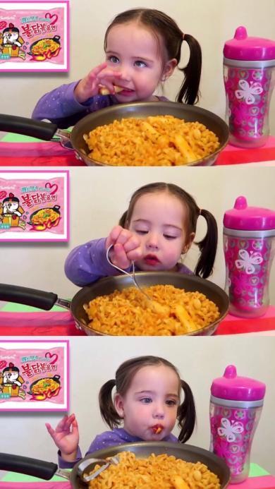 欧美 小女孩 吃面 可爱