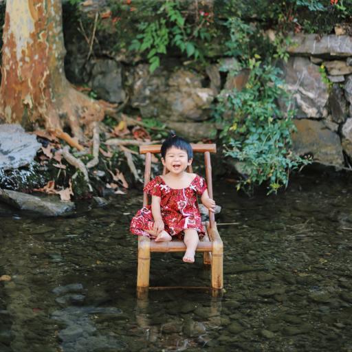 可爱 笑容 竹椅 水塘 红裙