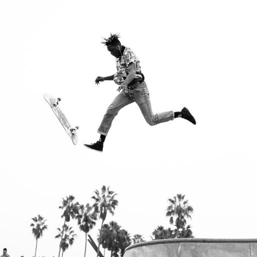 休闲 黑白 滑板 跳跃
