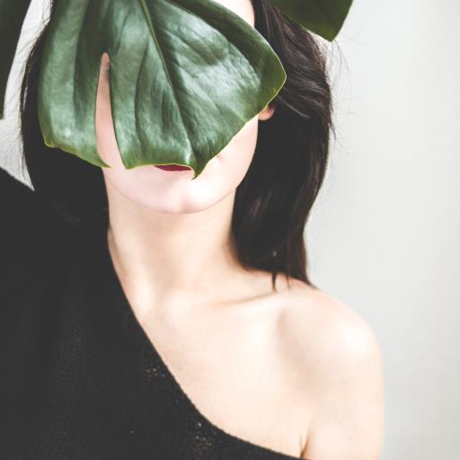 欧美 女孩 性感 遮掩 绿叶