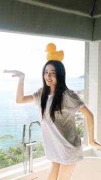 迪丽热巴 演员 明星 艺人 小黄鸭 胖迪 浴缸