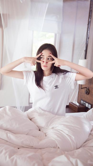 迪丽热巴 演员 明星 艺人 床 白色 剪刀手