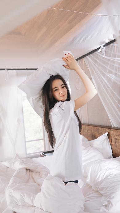 迪丽热巴 演员 明星 艺人 床 白色 枕头