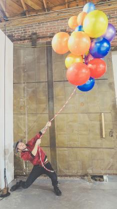 气球 氢气球 拉绳 男子