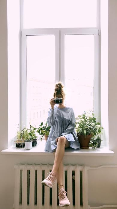 女孩 窗台 相机 拍照