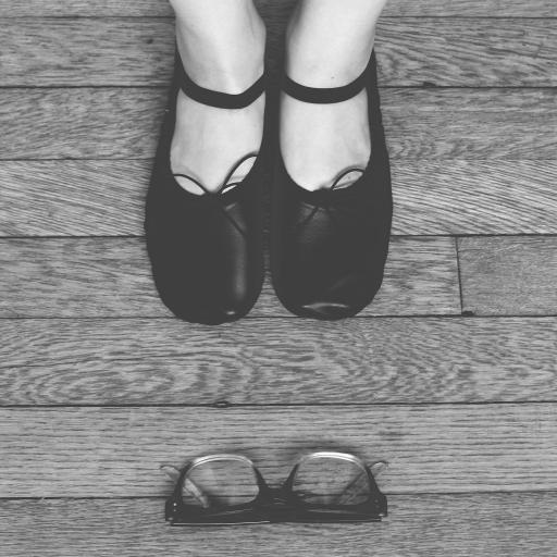 脚 眼镜 黑皮鞋 地板