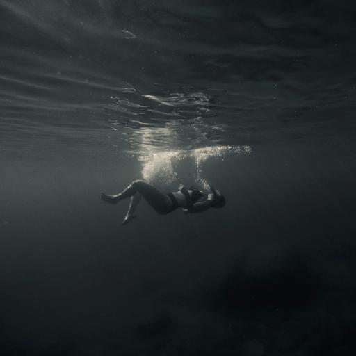 女孩 潜水 黑白 摄影